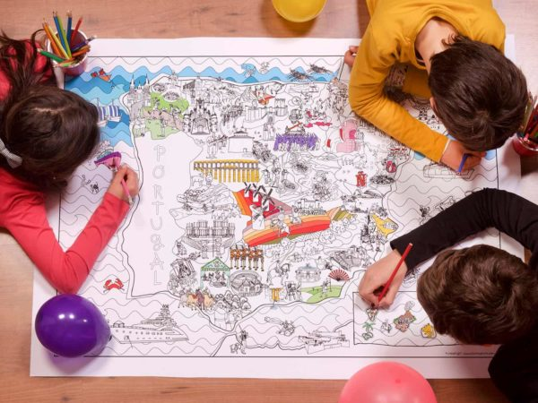 Group of children at a birthday party painting the coloring map of Spain by Pinta y Pinto.